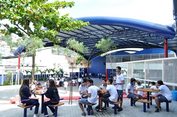Alunos da escola Centro Educacional Leonardo da Vinci em momento recreativo