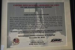 """02/11 - Recebemos do KSCIA (Kennedy Space Center International Academy) um presente especial. Pela primeira vez, desde o início do programa, uma escola recebe uma homenagem em """"reconhecimento pela liderança e comprometimento em inspirar e motivar nossos jovens a serem construtores de sonhos"""". A placa de destaque traz uma parte de revestimento utilizado em um dos ônibus espaciais, o Discovery, durante uma missão a serviço do telescópio Hubble. Nossos agradecimentos a toda a equipe da KSCIA e da NASA, além de todos os cientistas convidados para as atividades acadêmicas, pelo trabalho do mais alto nível e sobretudo pelo carinho e apoio ao nosso grupo."""